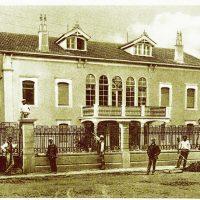 4. Η οικία κατά την ανακαίνισή της το 1927, πριν φυτευτούν τα δέντρα του κήπου. / The house during its renovation in 1927.