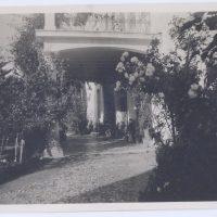 6. Όψη της οικίας και του κήπου κατά τη δεκαετία του 1950. / The house and the garden during the 50's.
