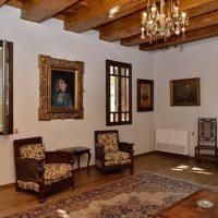 2. Στο σαλόνι διατηρείται η αυθεντική επίπλωση του 1927, όπως επιλέχθηκε από τον Βενιζέλο και τη δεύτερη σύζυγό του Έλενα. / In the living room the original furniture of 1927 is maintained, as selected by Venizelos and his second wife Elena.