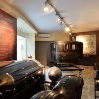 8. Το αυτοκίνητο, μάρκας Packard, στο οποίο επέβαινε κατά την απόπειρα του 1933, (Δωρεά από τη Λέσχη Φιλελευθέρων Αθήνας) και πανομοιότυπο αυτοκίνητο - αντίκα (Δωρεά από την Παγκρητική Ένωση Αμερικής και τους Φίλους του Ιδρύματος στην Αμερική). / The authentic car, Packard, of the assassination attempt against Venizelos in 1933 (Donated by the Liberal Club of Athens) and the identical -antique car (Donated by the Pan Cretan Association of America and the Friends of the Foundation in America).