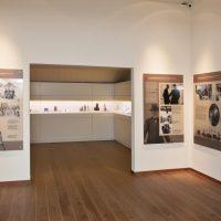 1. Μέσω του εποπτικού υλικού και μοναδικών μουσειακών εκθεμάτων παρουσιάζεται η προσωπική και οικογενειακή ζωή του Βενιζέλου. / Τhe visual material and the unique objects from the museum's collection present the personal and family life of Venizelos.