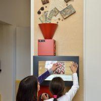 10. Παιχνίδια και δραστηριότητες στην εκπαιδευτική-διαδραστική σοφίτα του Μουσείου (Δωρεά του Ιδρύματος Σταύρος Νιάρχος). / Playing while learning in the Interactive Exhibits & Technology Hall (Donation by the Stavros Niarchos Foundation).
