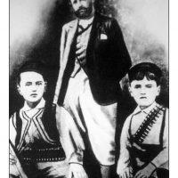11. Με τους δύο γιούς του, Κυριάκο και Σοφοκλή, Θέρισο 1905. / With his sons Kyriakos and Sofoklis, Therisso 1905.