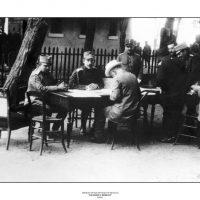 16. Στο μέτωπο με τον Βασιλιά Κωνσταντίνο κατά τη διάρκεια του Β' Βαλκανικού Πολέμου, Ιούλιος 1913. / In the front with King Constantine during the Second Balkan War, July 1913.