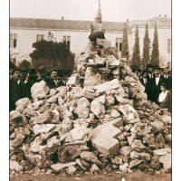 25. Οι πέτρες του αναθέματος. Αθήνα, Δεκέμβριος 1916. / The stones of the «anathema» against Venizelos. Athens, December 1916.
