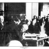 35. Ο Βενιζέλος υπογράφει τη Συνθήκη των Σεβρών, 1920. / Eleftherios Venizelos is signing the Treaty of Sevres, 1920.