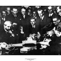 """62. Ο Ελευθέριος Βενιζέλος υπογράφει στην Άγκυρα το Ελληνοτουρκικό Σύμφωνο Φιλίας, 30 Οκτωβρίου 1930. / Eleftherios Venizelos signing the """"Friendship, Neutrality and Arbitration"""" Agreement with Turkey in Ankara, October 30, 1930."""