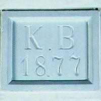 1. Η υπέρθυρη πλάκα με τη χρονολογία ανέγερσης στο χωλ της εισόδου είναι το μοναδικό αυθεντικό στοιχείο από το 1877. / The lintel plaque, located at the entrance hall, is the only authentic item from 1877, the year the house was constructed.