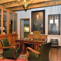 3. Το πολιτικό γραφείο του, με τα αυθεντικά έπιπλα της εποχής. / Venizelos' political office, with the original furniture of the era.