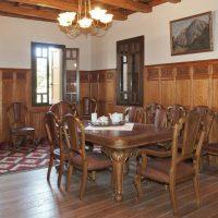 5. Η τραπεζαρία με την αυθεντική επίπλωση και τη δρύινη επένδυση της εποχής στους τοίχους και το ταβάνι. / The dining room with its original oak paneled walls and ceiling and the authentic furniture of the era.