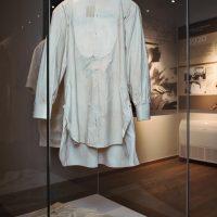 7. Τα ματωμένα ρούχα που φορούσε κατά την απόπειρα δολοφονίας εναντίον του το 1920, όπως εκτίθενται σήμερα στο Μουσείο. / The clothes he wore during the assassination attempt of 1920, as they are exhibited today in the Museum.