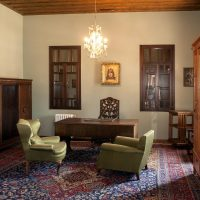 1. Tο υπνοδωμάτιο του Βενιζέλου με την αυθεντική επίπλωση της εποχής και το προσωπικό του γραφείο με τον δερμάτινο χαρτοφύλακά του. / Venizelos' bedroom, with the authentic furniture of the era, is dominated by his personal desk and leather briefcase.