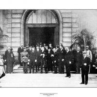 36. Έξω από το Δημαρχείο των Σεβρών μετά την υπογραφή της Συνθήκης, 1920. / Venizelos in front of the Sevres Town Hall after the signing of the Treaty, 1920.
