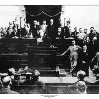 46. O Βενιζέλος διαβάζει τις προγραμματικές δηλώσεις της Κυβέρνησης κατά την εναρκτήρια συνεδρίαση της Βουλής, 17 Οκτωβρίου 1928. / Venizelos reads out his legislative programme at the opening session of Parliament. October 17, 1928.